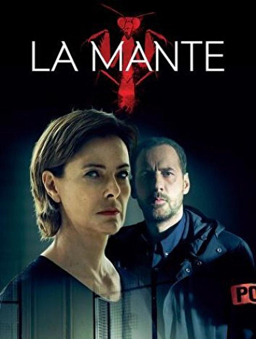 25 yıl önce işlediği cinayetler nedeniyle hapiste yatan bir seri katil, cinayetlerini kopyalayan yeni bir seri katilin yakalanması için tek umuda dönüşmüştür. Cinayetlerin çözümü için iş birliği adına sunduğu tek şart ise kendisini canavar olarak gören polis oğluyla çalışmaktır. 2017'nin en iyi dizileri arasında yer alan suç ve dram içerikli Fransız polisiyesi La Mante, başarılı karakterleri, barındırdığı güçlü psikolojik unsurları ve gerilim dozuyla da dikkat çekiyor.