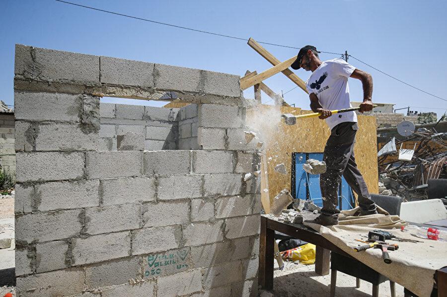Kendi evlerine balyoz vurmak zorunda bırakılan Filistinliler.
