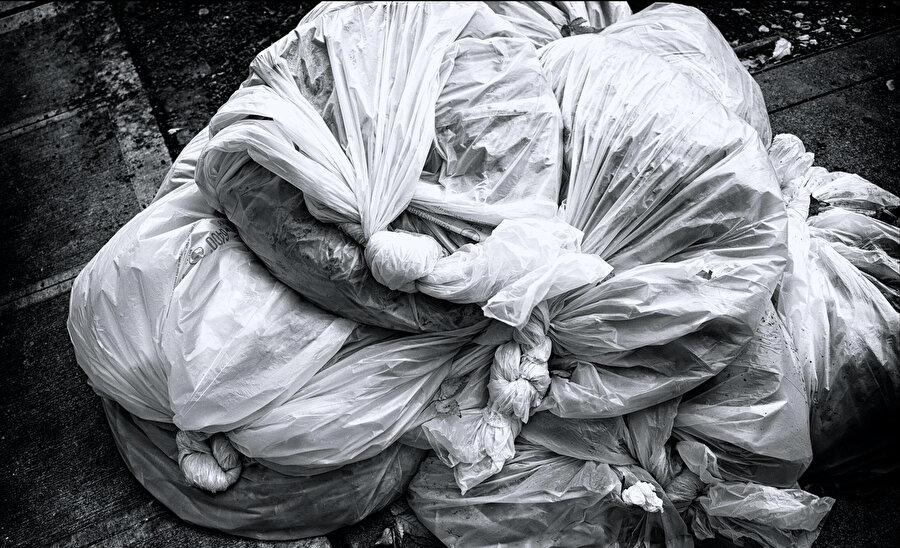 Doğayla, insan elinden çıkanların arasındaki plastik perde.