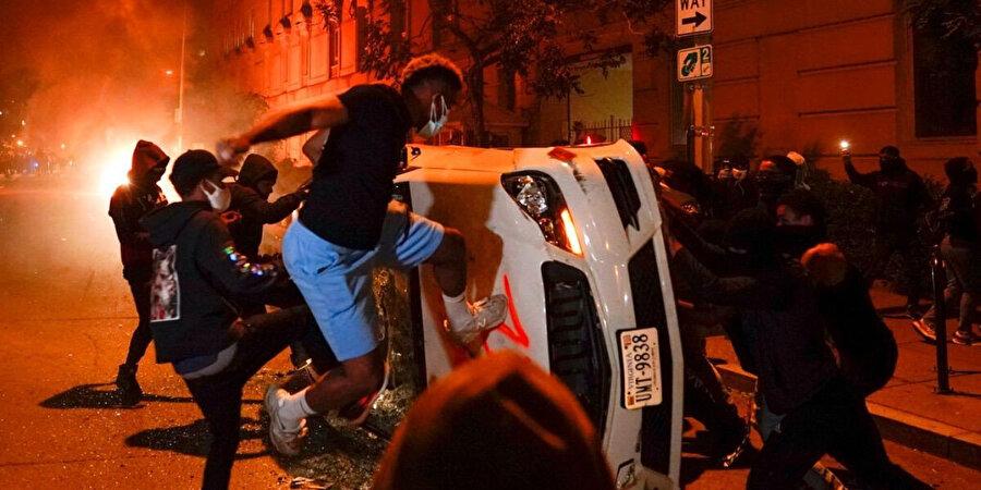 Protestocular şehrin birçok yerini ateşe verdi
