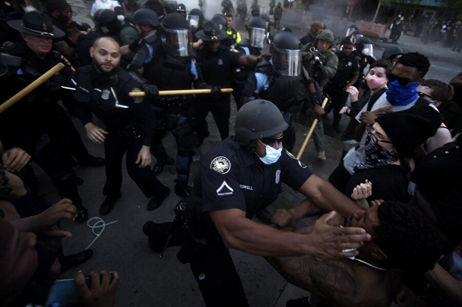 Polis sert müdahalelerde bulunuyor