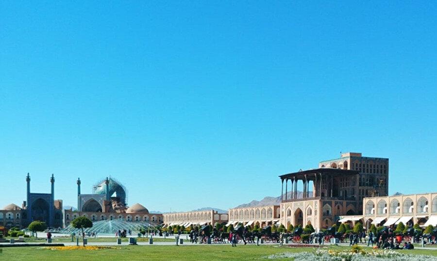 Nakş-i Cihan Meydanı'nın etrafı İsfahan Çarşısı, Şeyh Lütfullah Cami, İmam Cami ve Ali Gapu Sarayı ile çevrilidir.