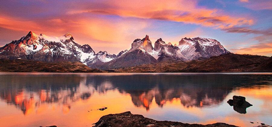 Milli park 2420 kilometrekare alanı kapsar. 3000 m yükseklikteki dağlar, buzullar ve fiyordlar Torres del Paine'nin sınırları içinde kalır.