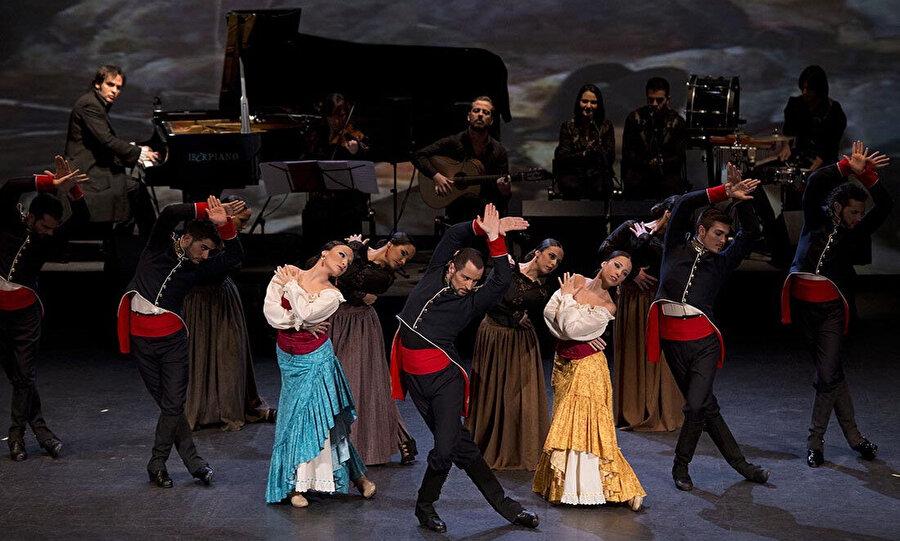 Müzik eğitimine Manuel de Falla Konservatuvarı'nda başladı.