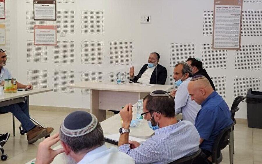 İsrail İçişleri Bakanı Aryeh Deri ile bir araya gelen Yahudi yerleşimcilerin liderleri.