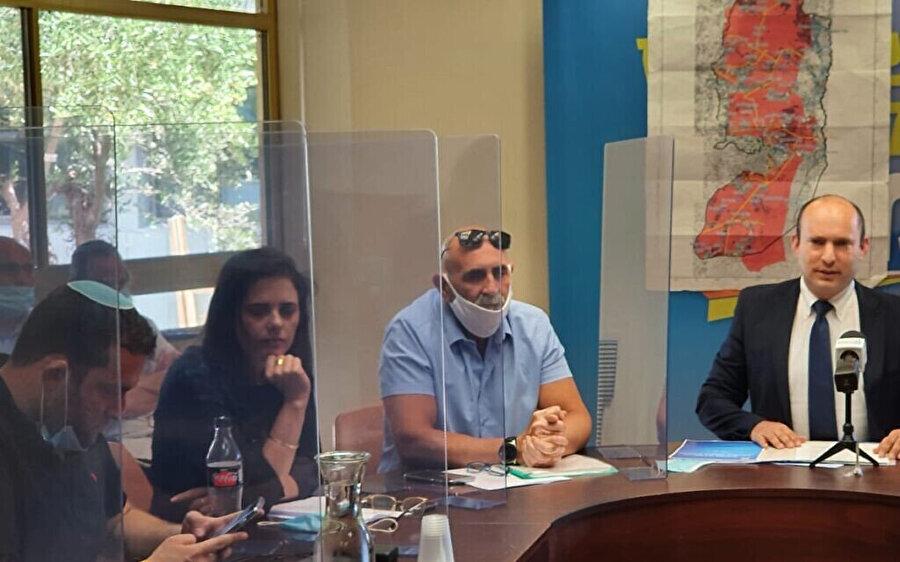 Yahudi yerleşim birimlerinin liderlerinden David Elhayani (sağdan ikinci) İsrail parlamentosu Knesset'de bir toplantı esnasında.