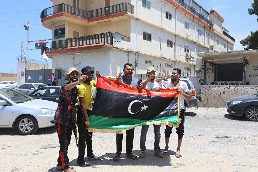 Hafter milislerinin tuzakladığı patlayıcılardan temizlenen evlerine kavuşan Libyalılar böyle görüntülendi.