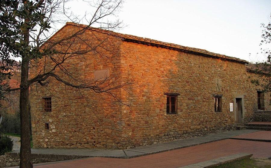 Leonardo da Vinci'nin çocukluğunu geçirdiği ev. Montalbano'nun yamaçlarında, Vinci'de küçük bir mezra olan Anchiano'da bulunan iki katlı bu evin bulunduğu yere da Vinci çiftliği deniyordu.