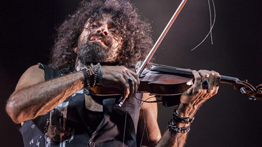 Müziğe olan ilgisi kendisi gibi müzisyen olan babası sayesinde başlamıştır.