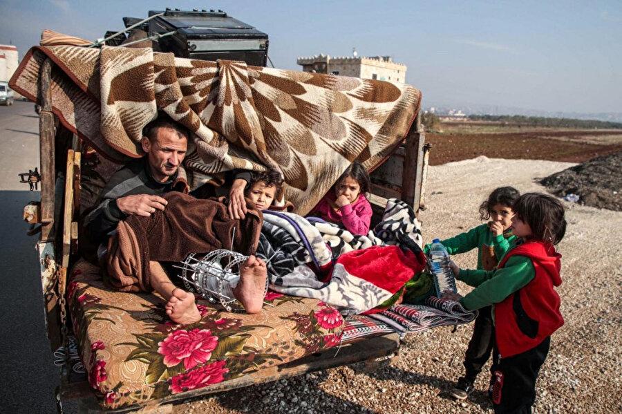 Rusya'nın ve rejimin saldırılarının yoğunlaştığı bölgelerden güvenli bölgelere göç eden siviller.