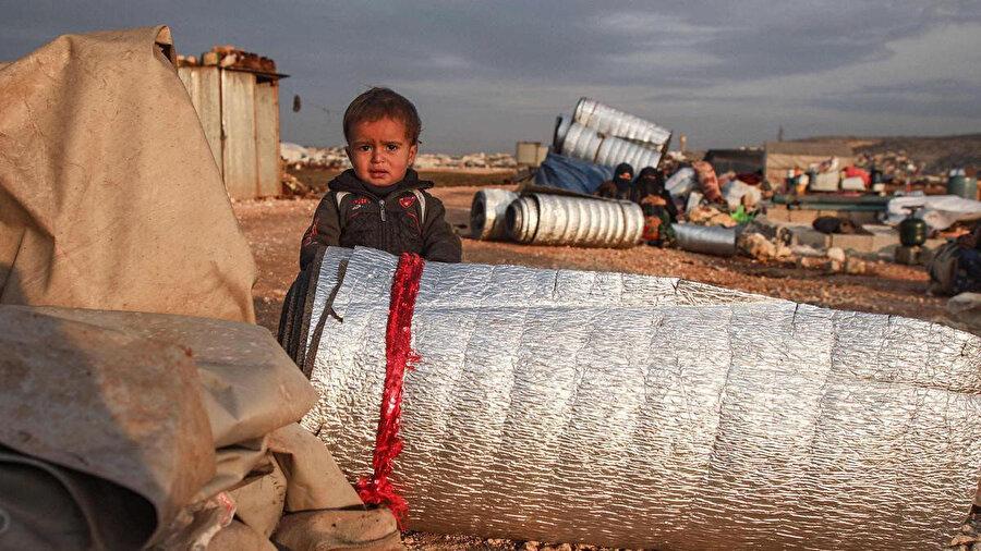 Yerinden edilen Suriyelilerin ülke içindeki güvenli bölgelerde açık alanda kaldıkları kamplardan yansıyan bir kare.