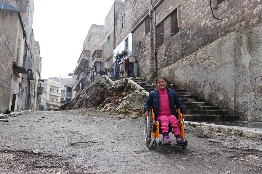 Halep'te bir bombalı saldırısı sonrası enkaz altında sıkışıp kaldığı için felç olan Hana.