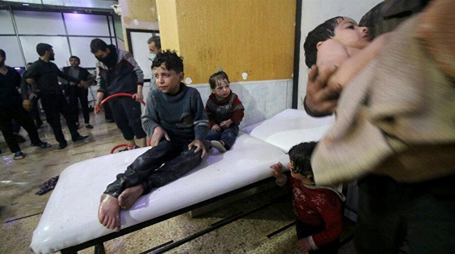 Rejimin kimyasal saldırısı sonrası hastanede tedavi altına alınan çocuklar.
