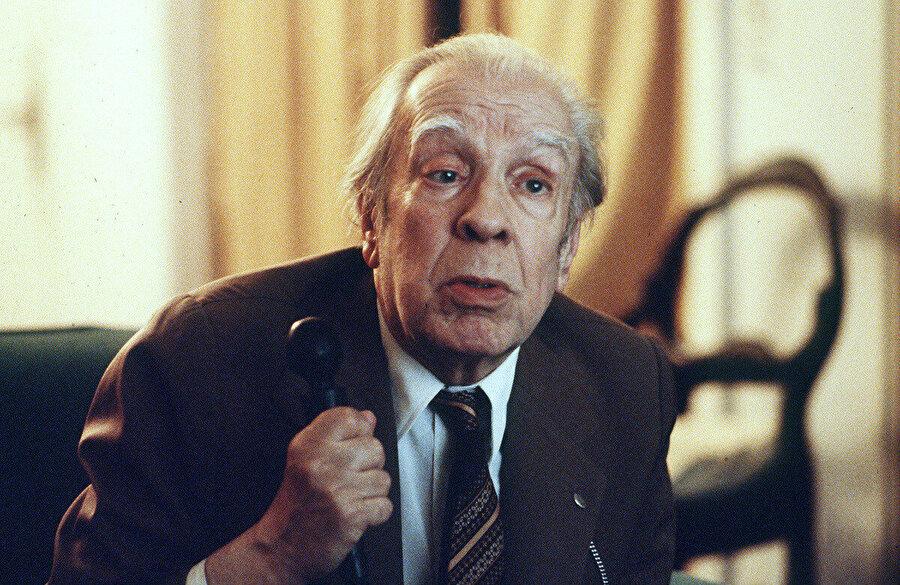 Borges hikâyesinde de görüldüğü gibi, bir şeyi tekrar anlatmaya kalktığımızda o şey değişir.