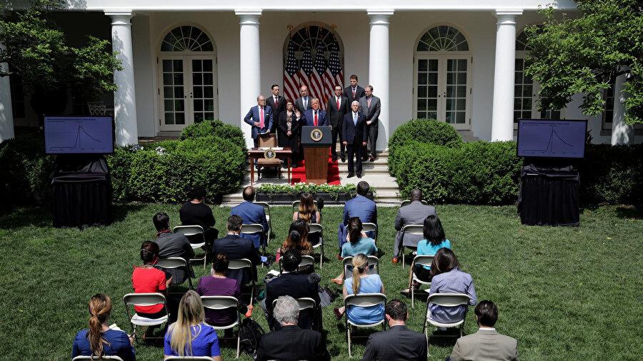 Beyaz Saray yetkilisi sosyal mesafe kurallarını ihlal ederek sandalyeleri 'eski' düzenine getirdi