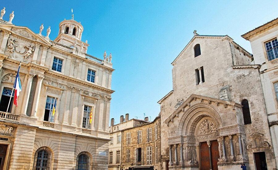 Arles'te sürdürülen arkeolojik araştırmaların gösterdiğine göre, burada bulunan antik şehir MS 3. yüzyılın 3. çeyreğinde ciddi bir biçimde saldırıya uğramıştır.