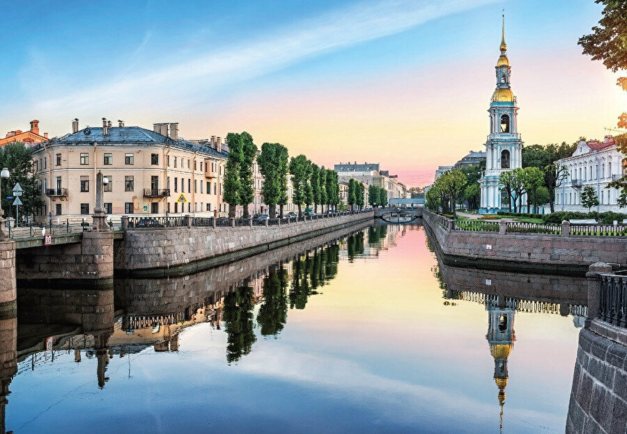 Baltık Denizi kıyısında Neva Nehri üzerindeki 42 ada üzerine yayılmıştır.