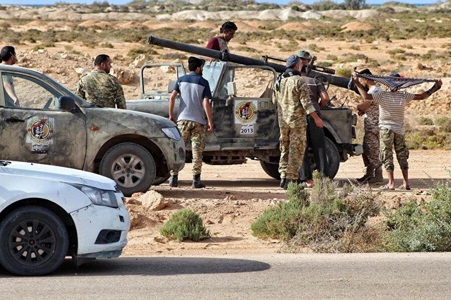 Libya Ordusu, sahil kenti Sirte kenti girişinde mevzilendi.