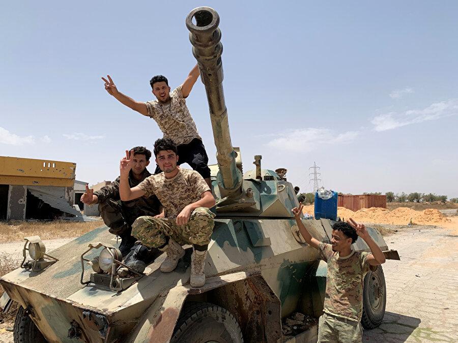 Libya'yı 42 yıl yönettikten sonra devrilen Muammer Kaddafi'nin memleketi Sirte'de Libya ordusuna mensup askerler böyle görüntülenmişti.