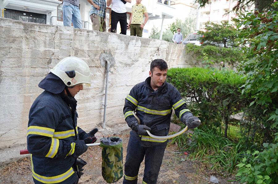 Aksaray'da, bir sitenin bahçesinde görülen yaklaşık 1,5 metre uzunluğundaki yılan, itfaiye ekiplerince yakalanarak doğaya bırakıldı