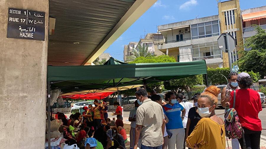 Etiyopya'nın Beyrut Büyükelçiliği önünde toplanan göçmenler.