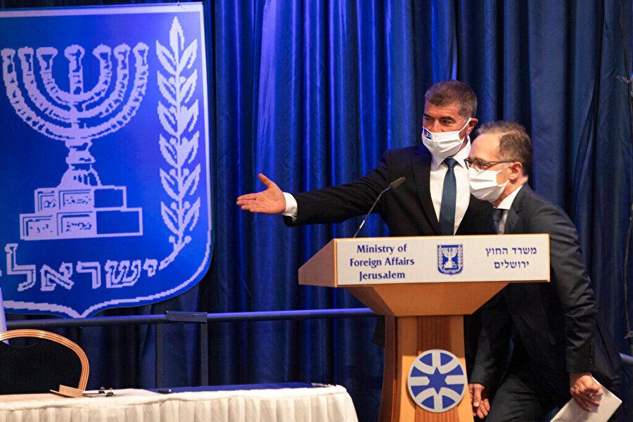 Maas, İsrail ziyaretinde mevkidaşı Gabi Ashkenazi ile birlikte.