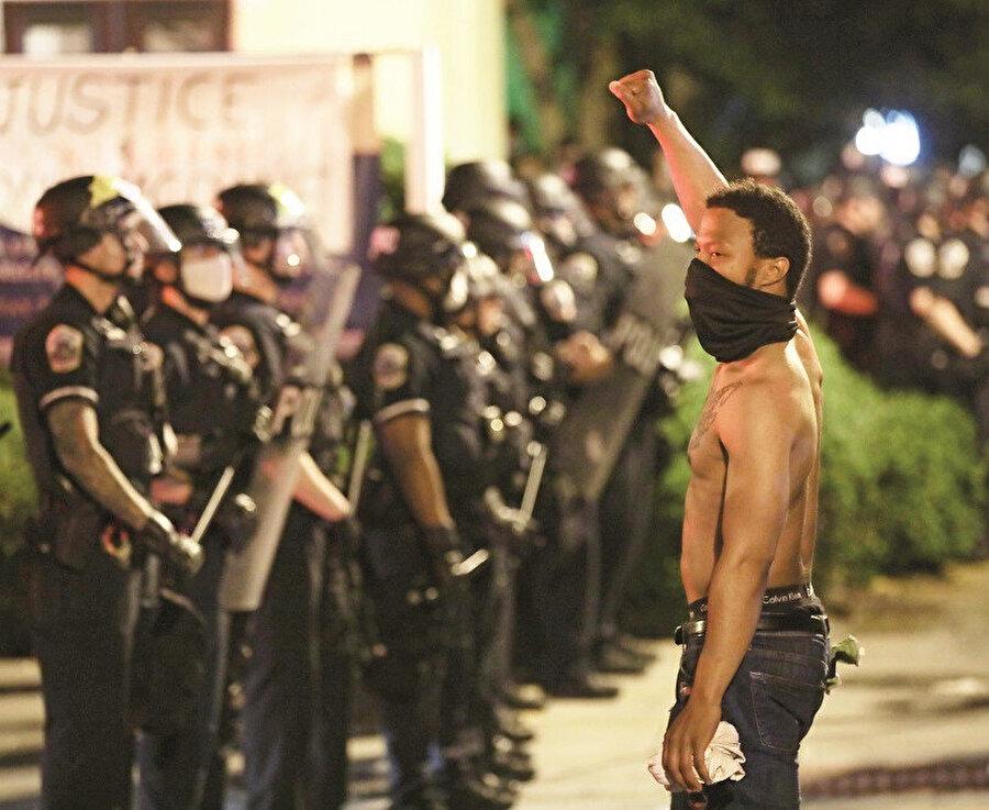 Floyd'un yaşamını yitirmesi, ülkede dalga dalga yayılan protestolara yol açarken, protestolarda birçok iş yeri yağmalandı ve araçlar kundaklandı.