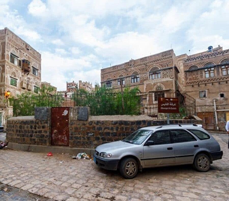Ebrehe'nin altın ve gümüşle donatılmış kapasının yerinde bugün paslı bir kapı var.