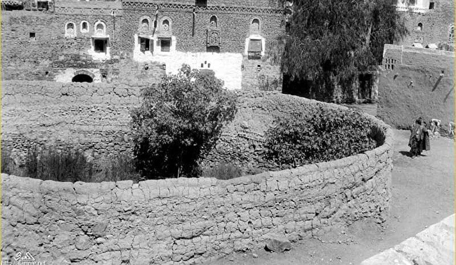 Kilisenin eski bir fotoğrafı.