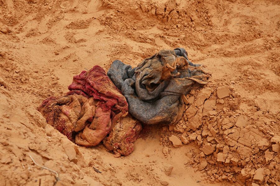 Toplu mezarlardan kadın ve çocuklara ait cesetler de çıkıyor.
