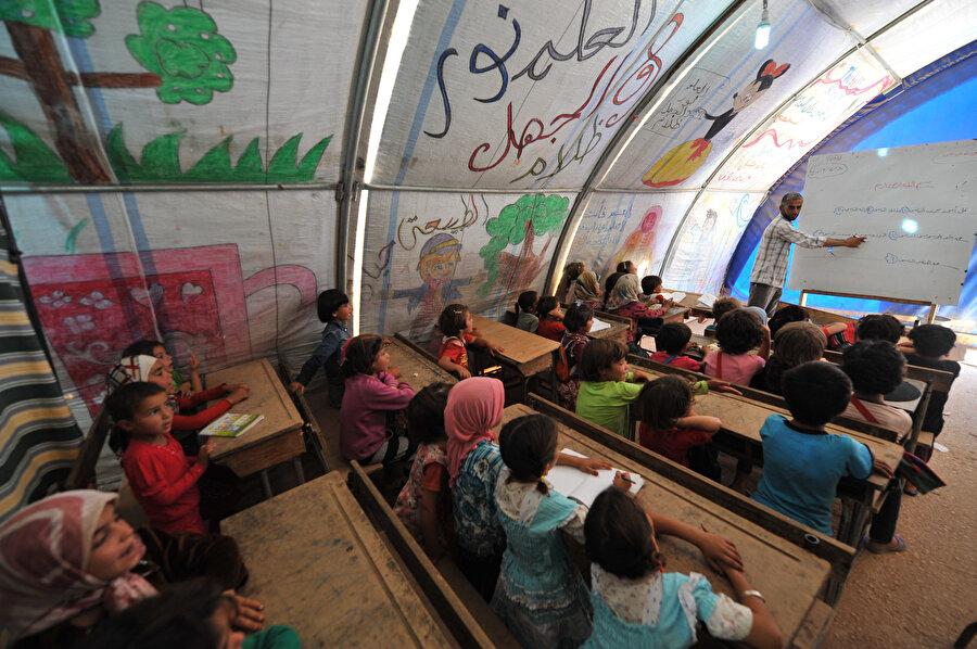 İlk olarak, Suriyeli çocuklar için kamplarda ve kamp dışında Geçici Eğitim Merkezleri (GEM) oluşturuldu. (Fotoğraf: Sedat Özkömeç)