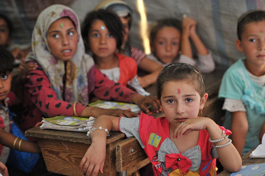 """""""Çocuğumu Suriyeli çocukla yan yana oturtmayın"""" diye okul müdürlerine baskı yapan velilere de rastladım; sınıfındaki Suriyeli çocukla paylaşsın diye çocuğunun beslenme çantasına fazladan yiyecek koyan velilerle de..(Fotoğraf: Sedat Özkömeç)"""