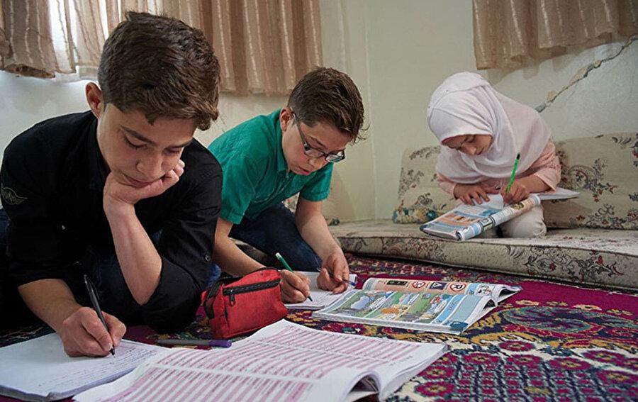 Suriyeli çocuklara Türkçenin etkili ve verimli bir şekilde öğretilmesi gerekiyor. Bu konuda insan kaynağına yatırım yapmalı ve metodoloji geliştirmeliyiz.
