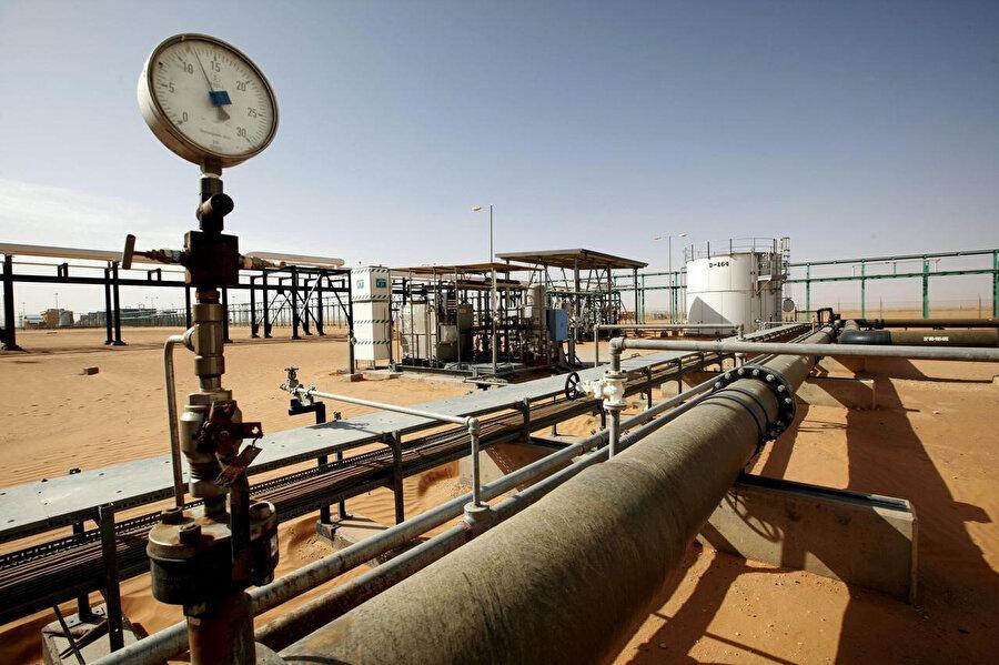 Libya ekonomisinin temelini oluşturan petrol tesisleri.