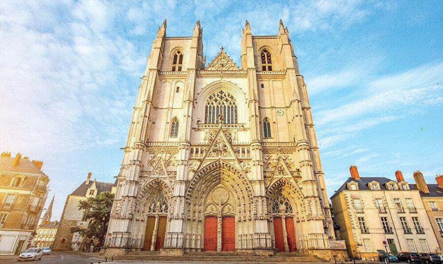 Nantes Katedrali, Fransa'da bulunan bir Roma Katolik kilisesidir ve katedral Gotik mimarisi ile yapılmıştır.