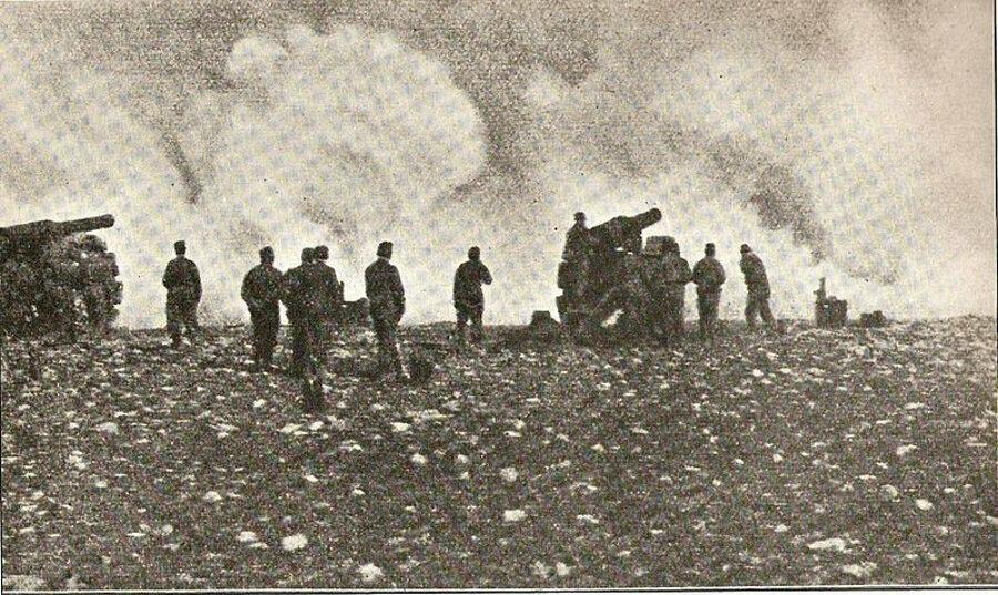 Bingazi'yi bombalayan İtalyan bataryaları.