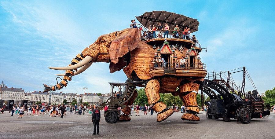 NMachines of the Isle of Nantes, Fransa'nın Nantes şehrinde bulunan sanatsal, turistik ve kültürel bir projedir ve bu Büyük Fil 2007 yılında yapılmış, 45 ton ahşap ve çelikten oluşmaktadır.