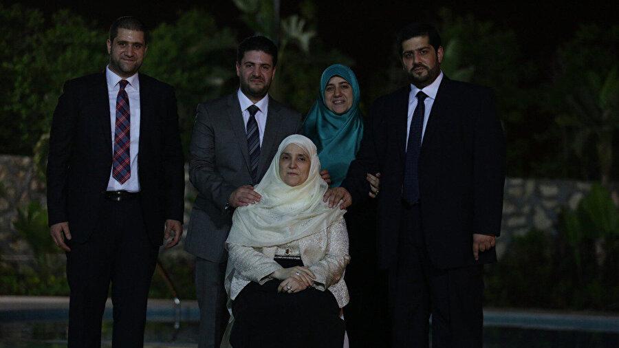 Cumhurbaşkanı Muhammed Mursi'nin hanımı ve çocukları. Muhammed Mursi'nin ailesi, bir arada: Eşi Neclâ Mahmûd ve çocukları Ömer, Usâme, Şeyma ve Ahmed.