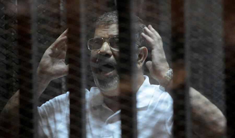 Muhammed Mursi, 2014 yılında mahkemedeki duruşma esnasında.