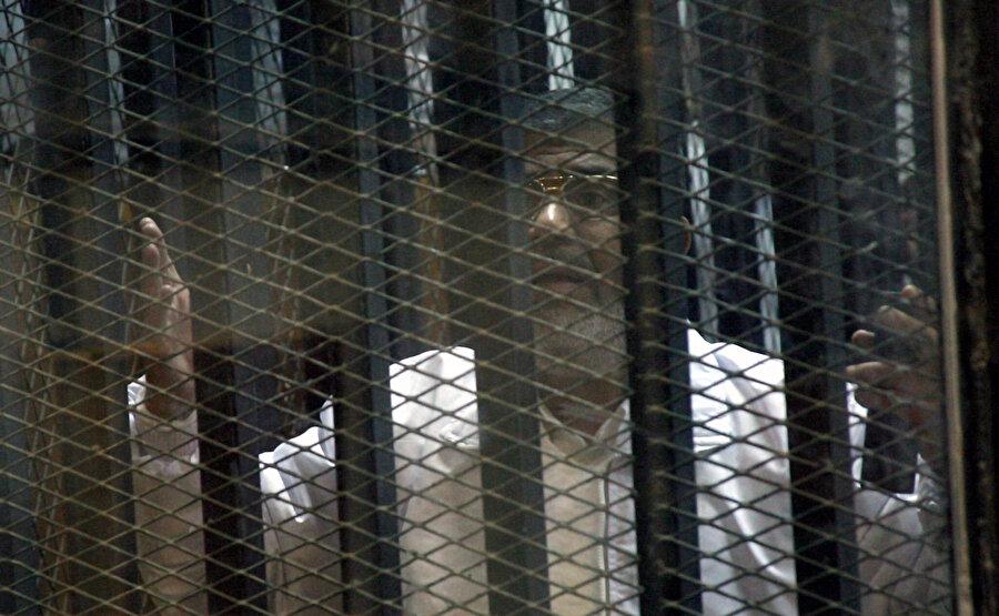 Casusluk suçlamasıyla yargılandığı davanın duruşmasında Muhammed Mursi'nin bitkin hali dikkat çekiyor.