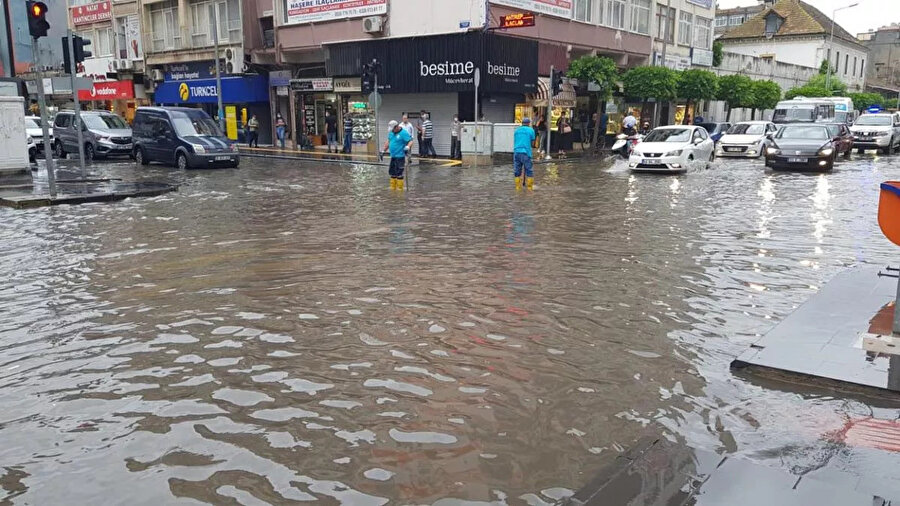 Caddeler sular altında kaldı