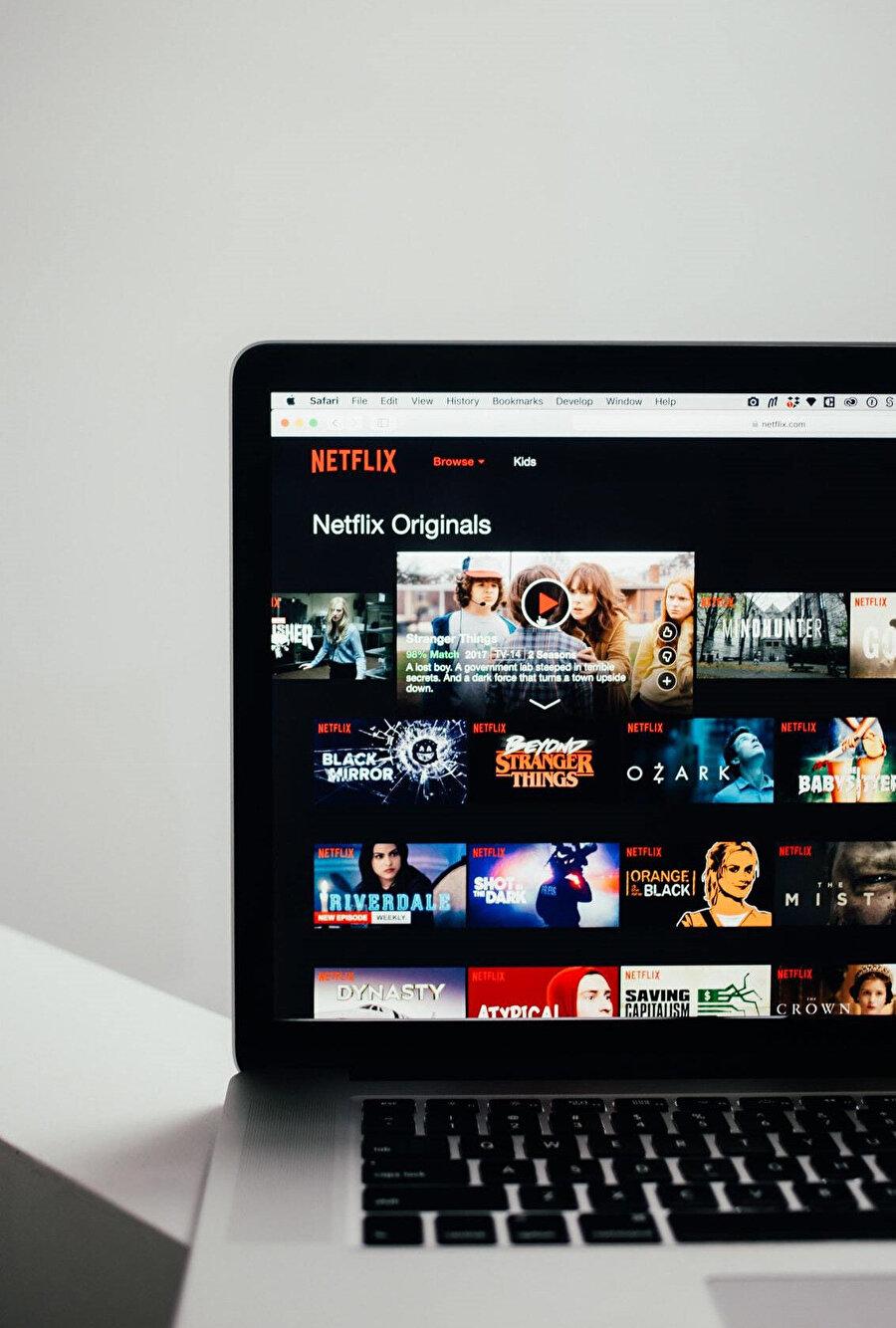 Hayatımıza laps diye giren Netflix dizileri gibi anlamsızca seyrediyoruz olan biteni.