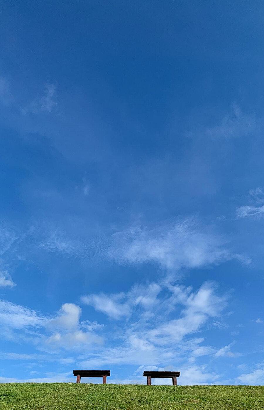 Gök ile yer arasında yaratılmışız. Ayaklarımız yere basarken, başımız göğe doğru uzanıyor.