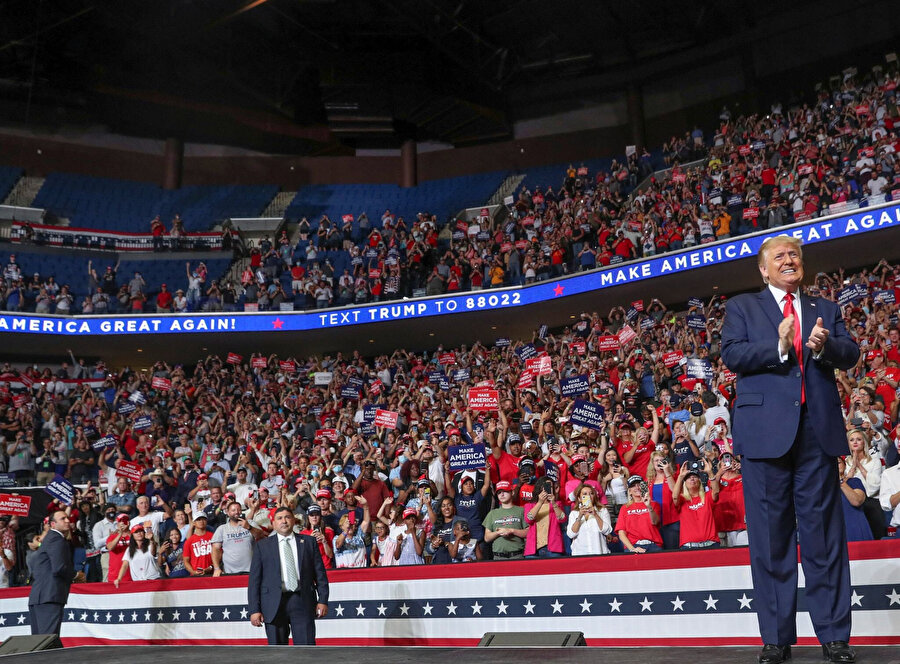 Trump'ın mitingte sahneye çıktığı anlar