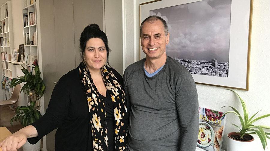 İsrailli aktivist Eleonore Bronstein, (solda) eşi ve 3 yaşındaki oğluyla birlikte İsrail'i terk etmek zorunda kaldı.