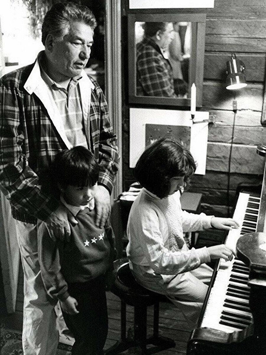 Cengiz Aytmatov oğlu Sancar ve kızı Şirin'le.