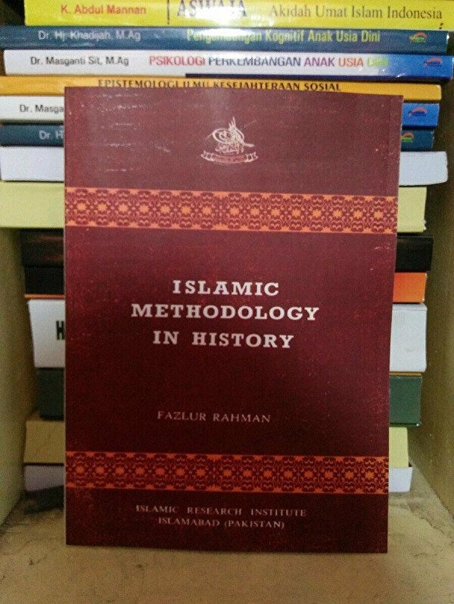 """Fazlurrahman'ın Türkçeye """"Tarih Boyunca İslamî Metodoloji Sorunu"""" olarak çevrilen Islamic Methodology in History kitabı."""