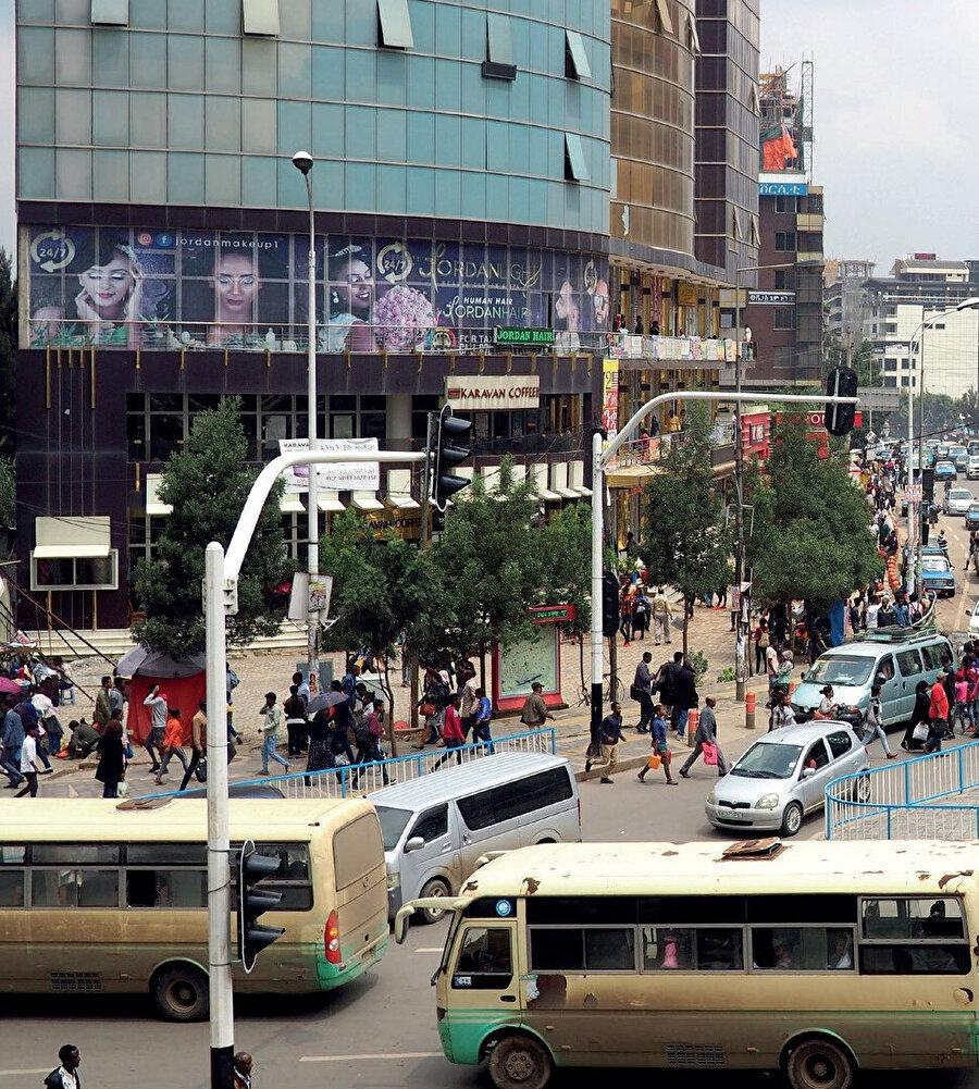 Addis Ababa, Etiyopya ve Afrika Birliği'nin başkentidir ve 80 farklı dilin konuşulduğu şehirde Hristiyan, Müslüman ve Yahudi toplulukları yer alır.