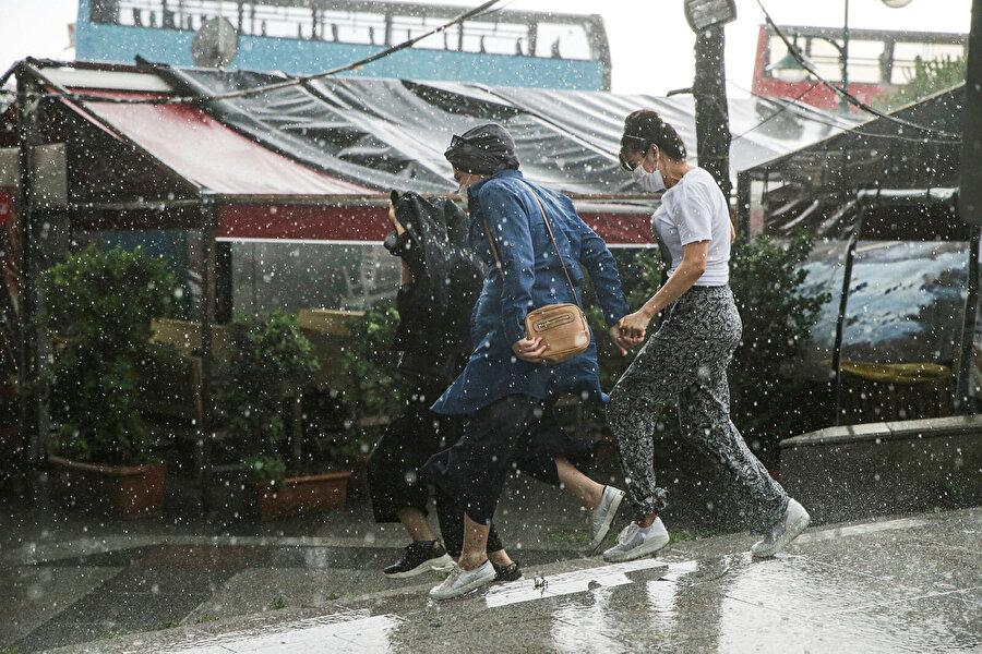 Yağışlar vatandaşlara zor anlar yaşattı