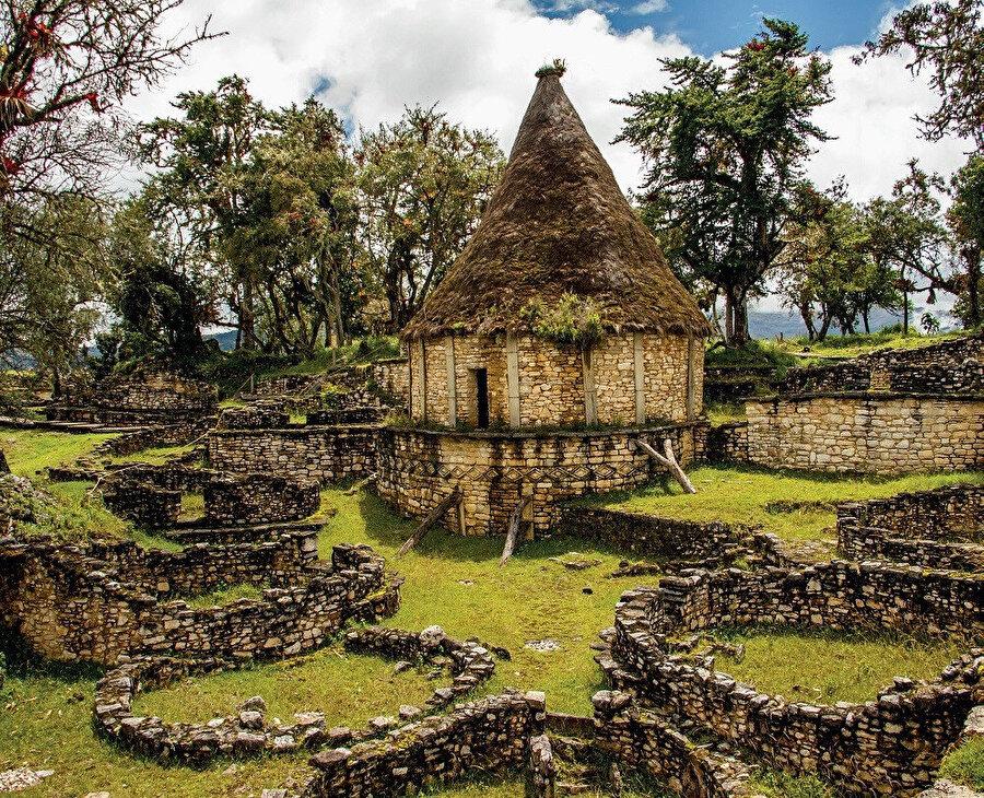 Chachapoyas kültürü tarafından MS 6. yüzyılda Utcubamba Vadisi'ne bakan bir sırt üzerine inşa edilmiştir.
